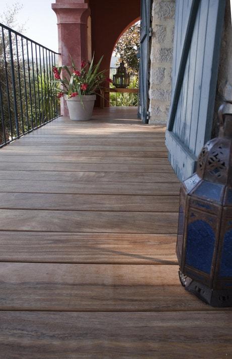 Marcher pieds nus sur le balcon