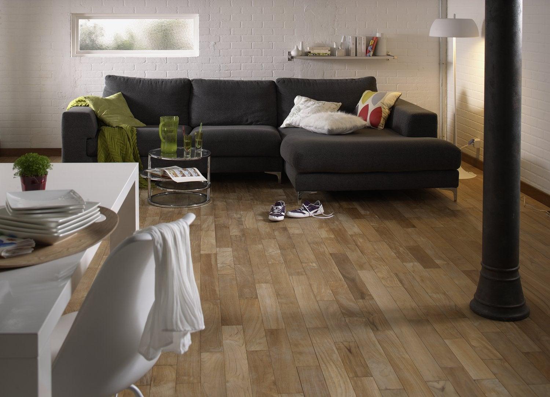 Un salon chic et moderne avec ce parquet bois et mur en imitation ...