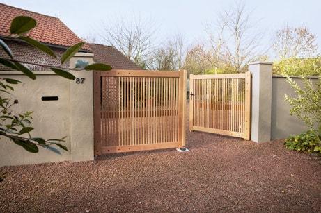 Un portail battant en bois moderne et ajouré