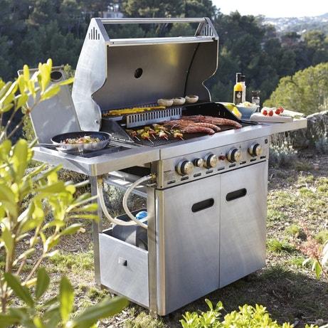 Un barbecue au gaz avec ses tablettes rabattables