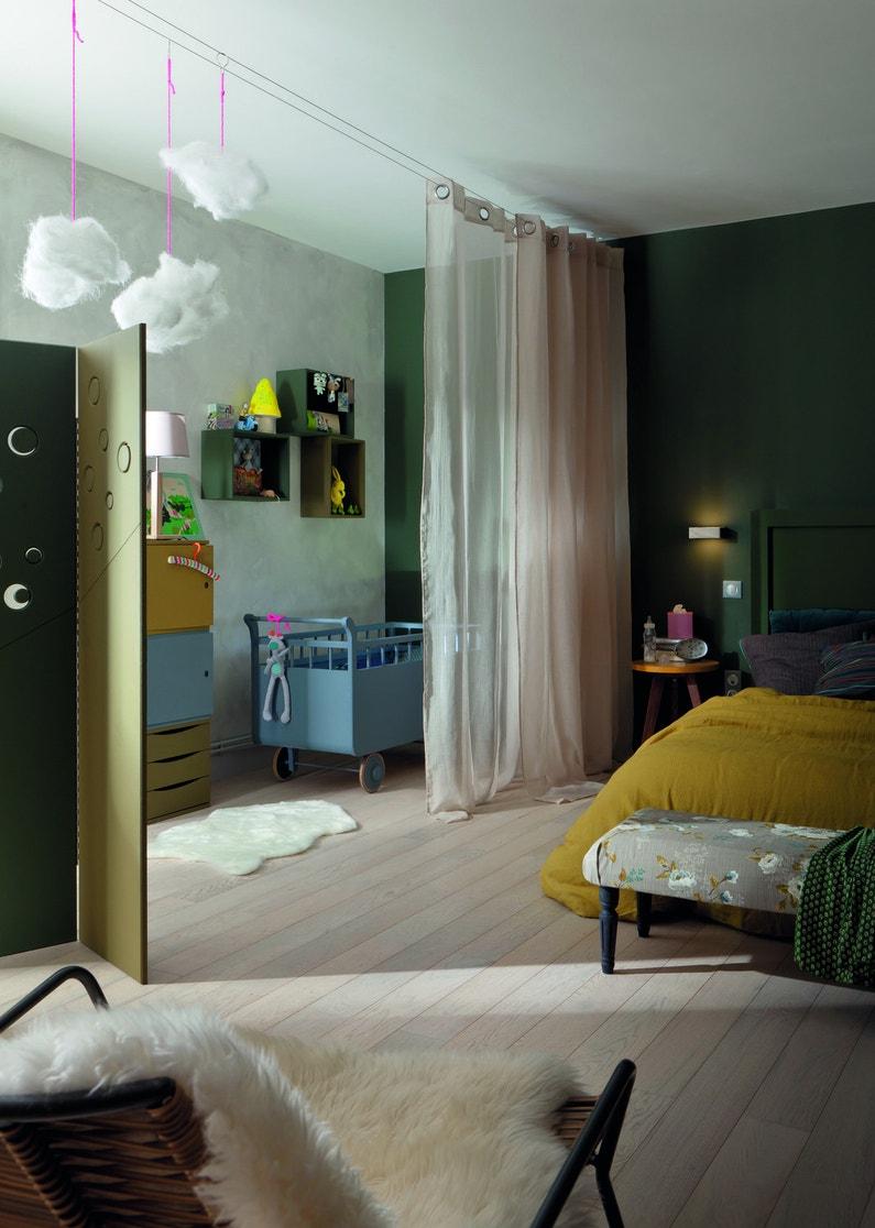 Un coin lit pour bébé dans la chambre parentale