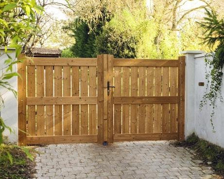 Un portail moderne battant en bois