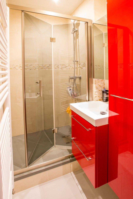 La salle de bains rouge optimisée de Gisèle à Rennes | Leroy Merlin