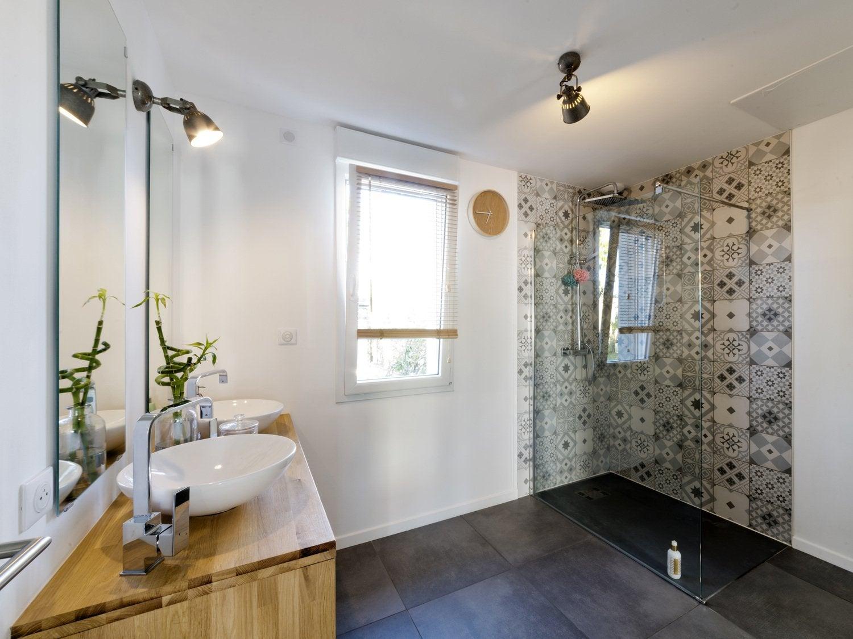 douche avec carreau de ciment receveur beige. Black Bedroom Furniture Sets. Home Design Ideas