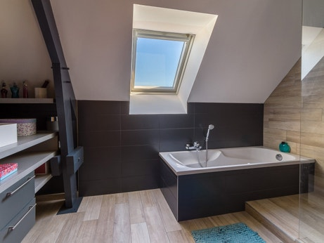 Une salle de bains sous les combles leroy merlin for Salle de bain 8m2 sous comble