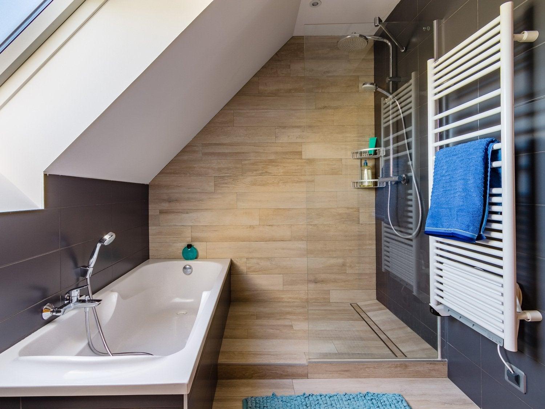 Deco salle de bain bois et gris for Salle de b