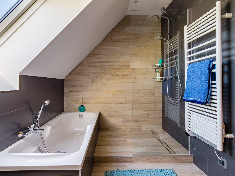 Salle de bains gris et bois sous les combles de Cécile à Veretz ...