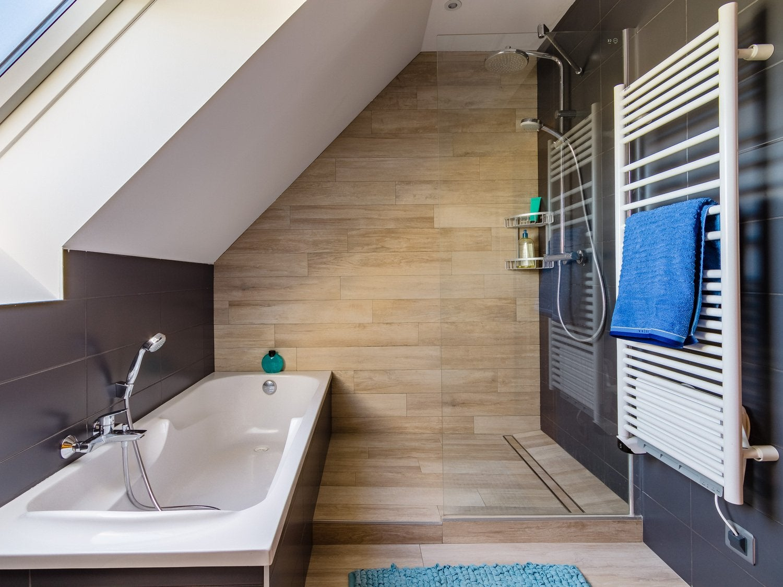 une salle de bains sous pente dans moins de 4 m leroy merlin. Black Bedroom Furniture Sets. Home Design Ideas