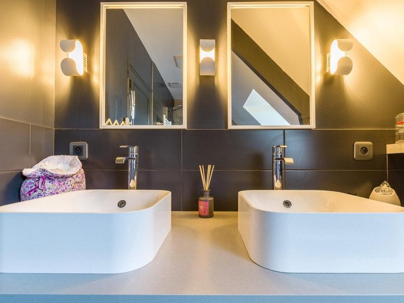 Coin coiffeuse avec deux vasques et deux miroirs clair s for Coiffeuse salle de bain