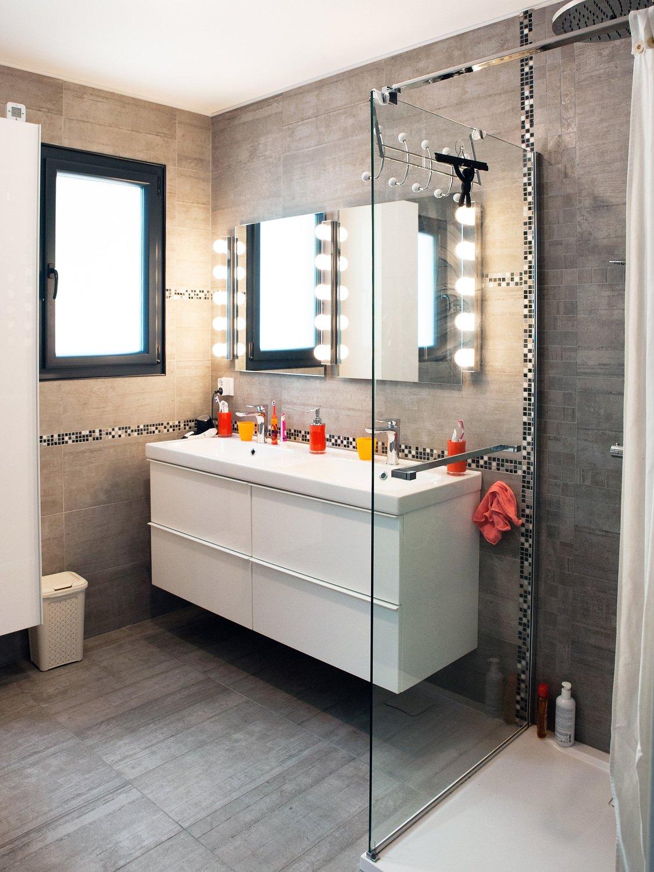 Une salle de bains tout en gris et une douche à l\'italienne ...