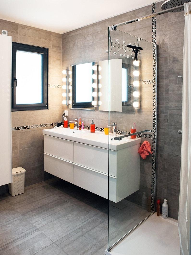 une salle de bains tout en gris et une douche l 39 italienne chez s verine gujan mestras. Black Bedroom Furniture Sets. Home Design Ideas