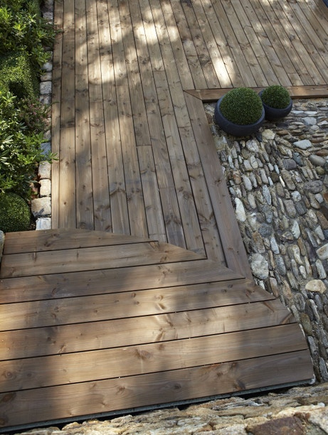 Planche bois douglas marron pour dessiner l'allée du jardin