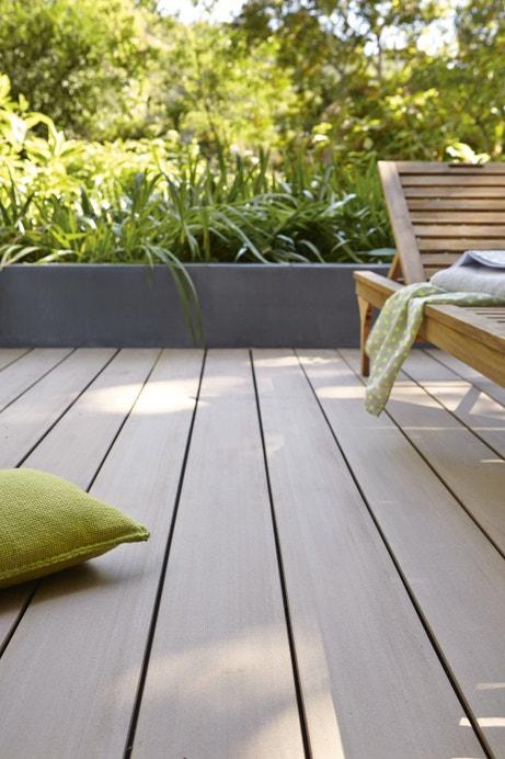 Planche en bois composite lisse, brun clair pour la terrasse
