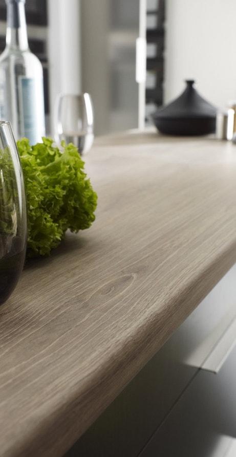 Un plan de travail en aggloméré à l'effet chêne cendré pour la cuisine