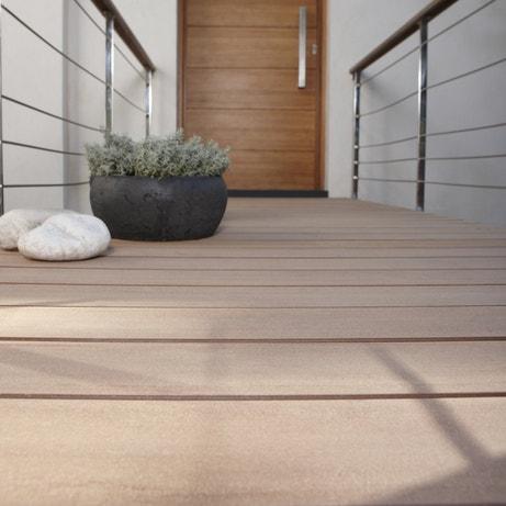Planches en composite Premium lisse couleur brun foncé pour terrasse et balcon