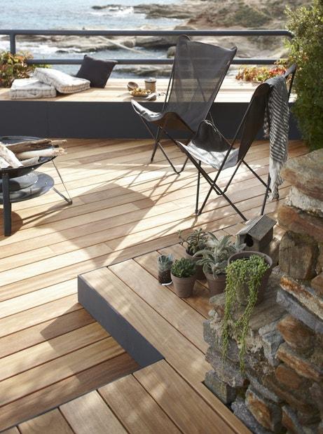 Des planches bois à visser pour une terrasse sur-mesure
