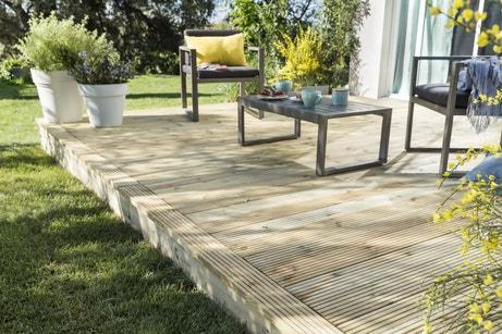 Des planches en bois pour monter votre terrasse