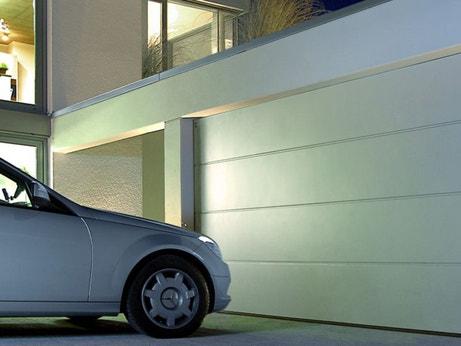Une porte de garage en PVC blanc