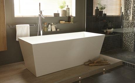 Une baignoire îlot pour une salle de bains contemporaine