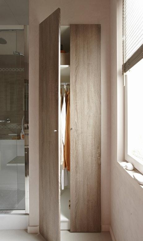 Un grand placard en bois pour votre salle de bains