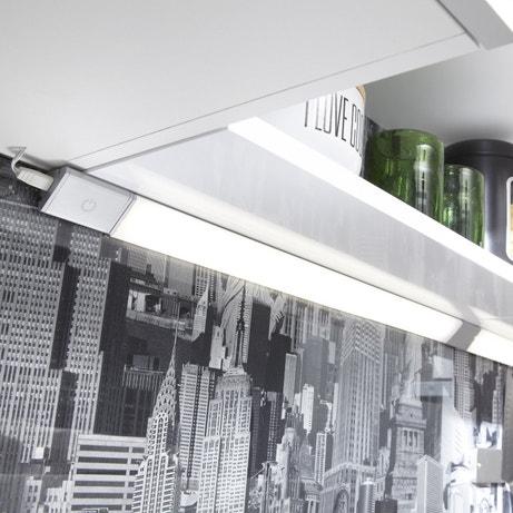 Une réglette LED très graphique, à fixer sur les meubles hauts.