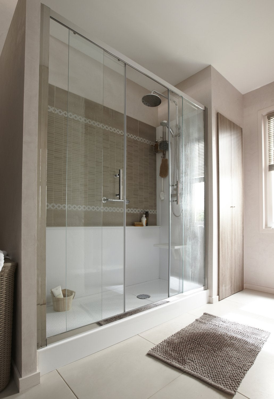 Une salle de bains tout confort dans 8m leroy merlin for Petite salle de bain douche et baignoire