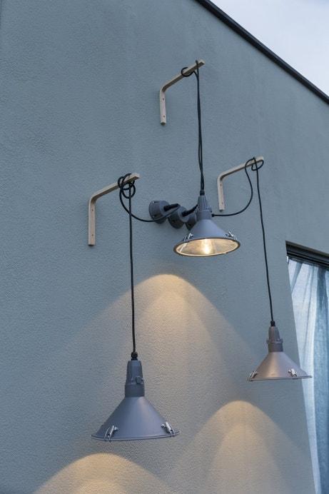 Une superposition de suspensions au style industriel en guise d'applique pour les extérieurs