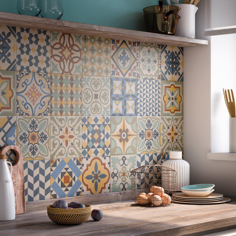Embellir sa cuisine avec un carrelage multicolore leroy - Comment poser du carrelage mural cuisine ...