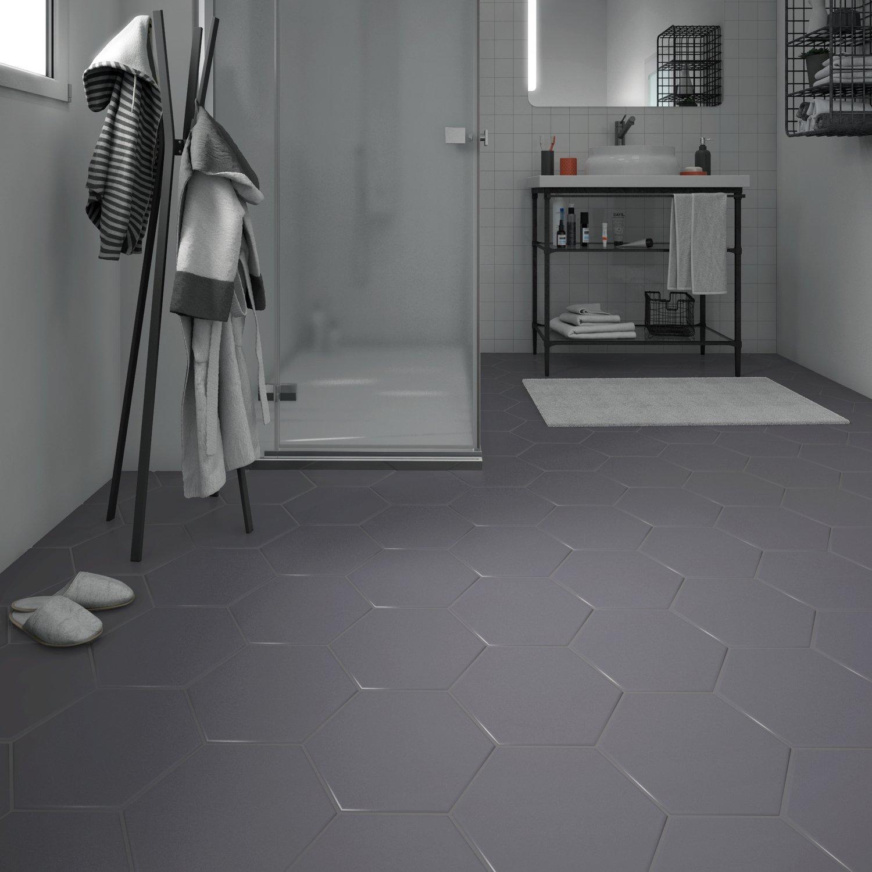 Un carrelage gris foncé pour un sol moderne dans la salle de bains ...