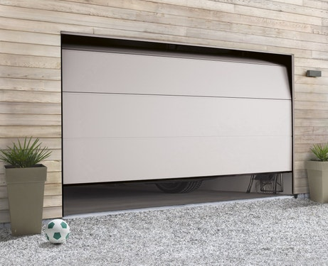 Une porte de garage sectionnelle au design contemporain