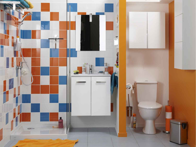 Une vraie salle de bains dans un espace r duit leroy merlin - Petite salle de bains ...