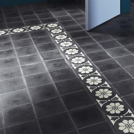 Des carreaux de ciment à fleurs noir et blanc