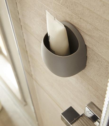 Un pot pour la salle de bains à coller