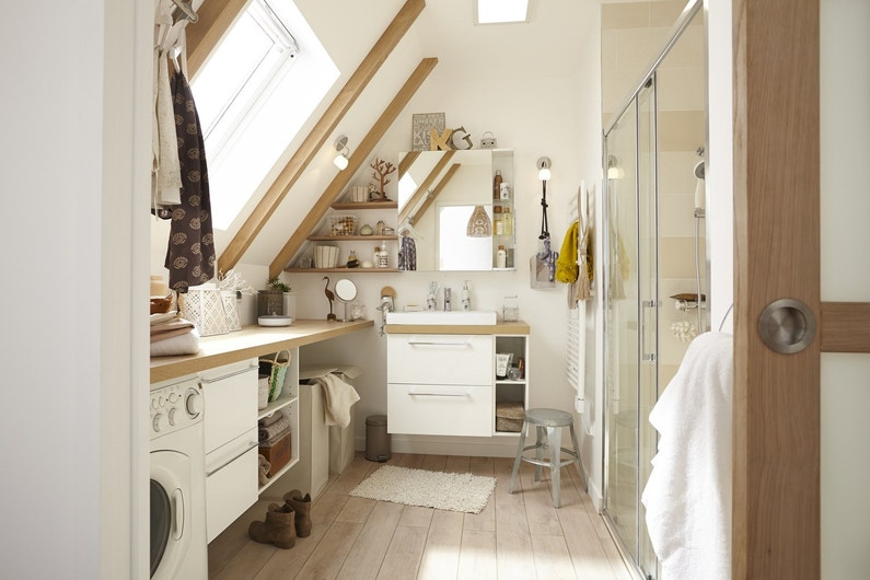 Une salle de bains sous les combles leroy merlin for Salle de bain comble photo