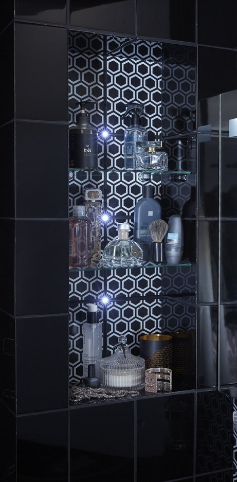 Une armoire de toilette lumineuse