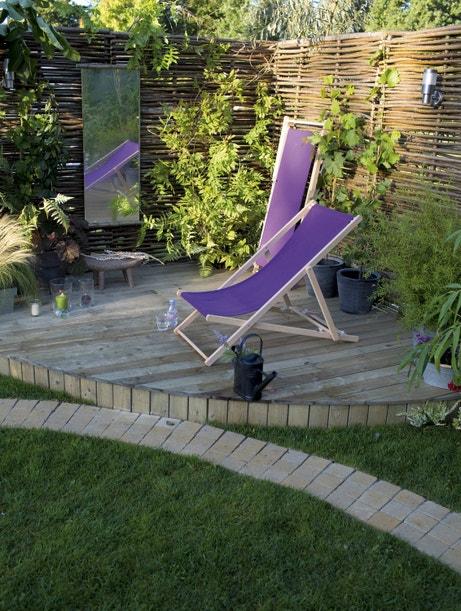 Un espace dédié à la détente au fond du jardin