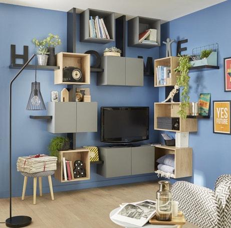Un mur de rangements dans un salon bleu et gris