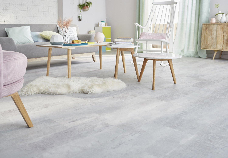 Des dalles PVC gris clair clipsables habillent le sol de ce salon de ...