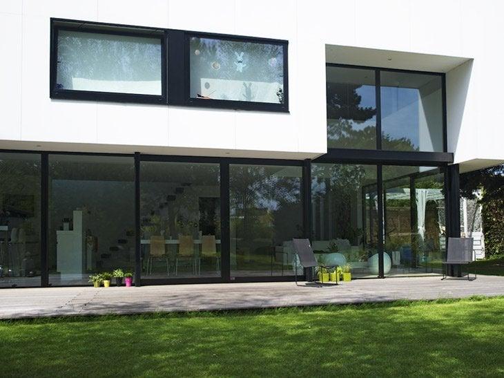L'aluminium assure un design très fin et une plus grande luminosité. Une offre de couleurs intérieures et extérieures peuvent être combinées entre elles. 16 coloris, livré chez vous à partir de 3 fenêtres.