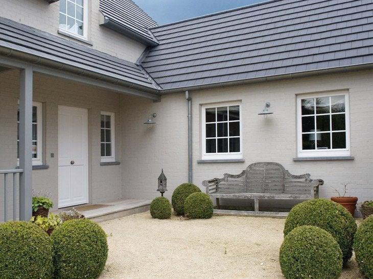 Personnalisez votre vitrage pour répondre au style de votre maison. Les croisillons peuvent êtres assortis aux coloris des fenêtres et intégrés aux vitrages pour un nettoyage facile. La solution, c'est également choisir la fenêtre hybride, qui permet d'allier 2 matières (intérieur et extérieur).