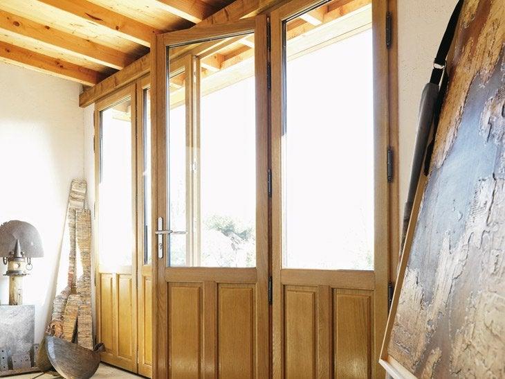 Le bois entre tradition et modernité, un matériau naturel avec des essences certifiées. Se décline en 11 coloris et 4 essences de bois. Livré chez vous à partir de 3 fenêtres.