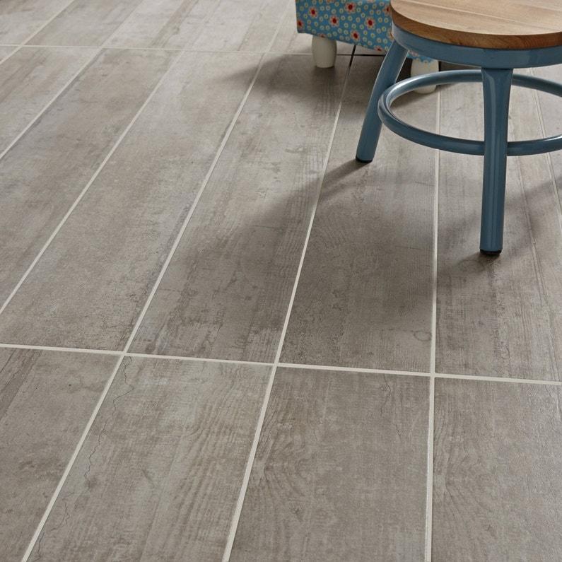 Un carrelage gris rectangulaire imitation bois leroy merlin for Carrelage rectangulaire