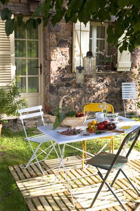 Un salon de jardin en fer coloré