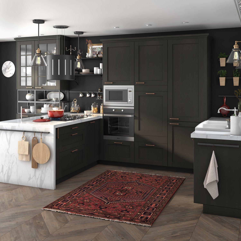 Grande cuisine familiale noire et plan de travail sur - Plan de travail cuisine grande longueur ...