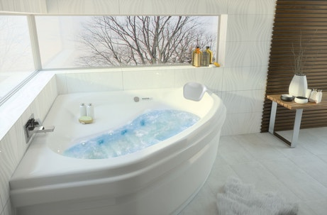 Une baignoire d'angle à remous