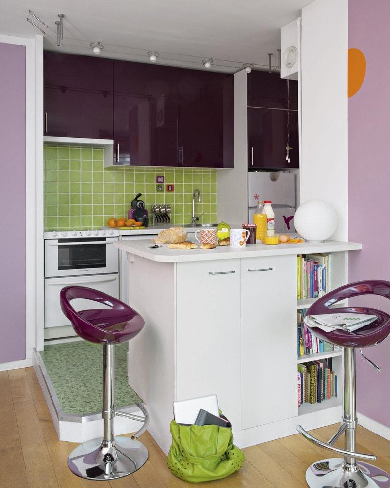 Une cuisine rio aubergine avec son bar et tabourets leroy merlin - Tabouret bar aubergine ...