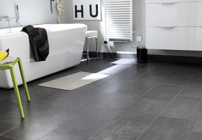 Une salle de bains design avec un carrelage effet b ton leroy merlin - Salle de bain sol gris ...