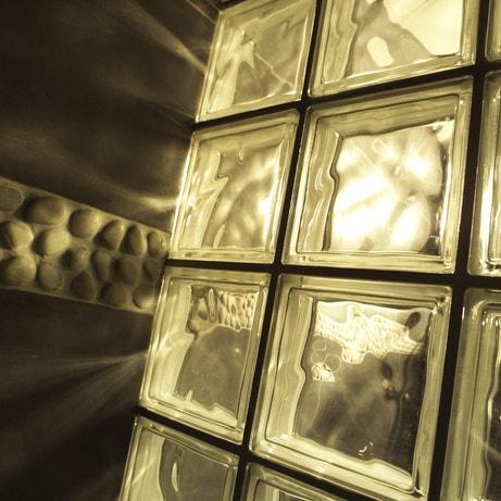 Un mur en briques de verre associé aux galets