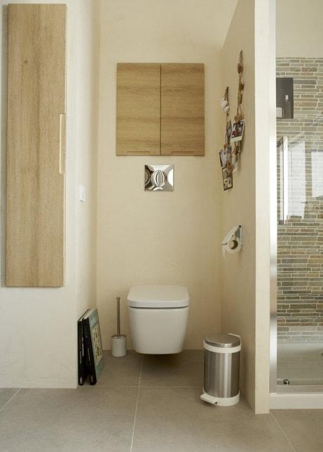 Un espace WC effet bois blanc