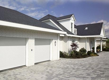 double portes de garage blanches en aluminium